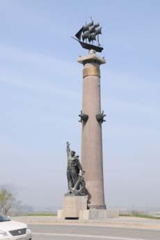 Ростральная колонна на въезде в город